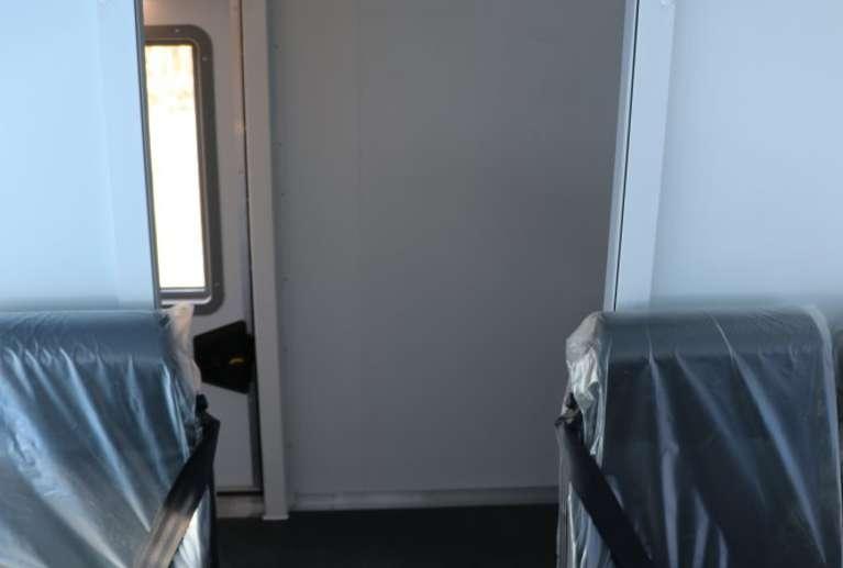 Багажное отделение с полками, отделенное от основного салона перегородкой с роллерной дверью