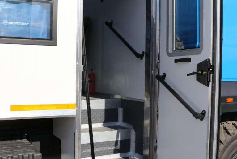 Дверь входная с окном, поручнем и откидывающимся лестничным блоком